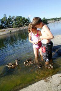 Gioia und Yannick Enten füttern